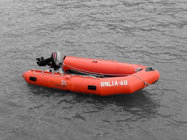 Fun met een rubberboot met motor
